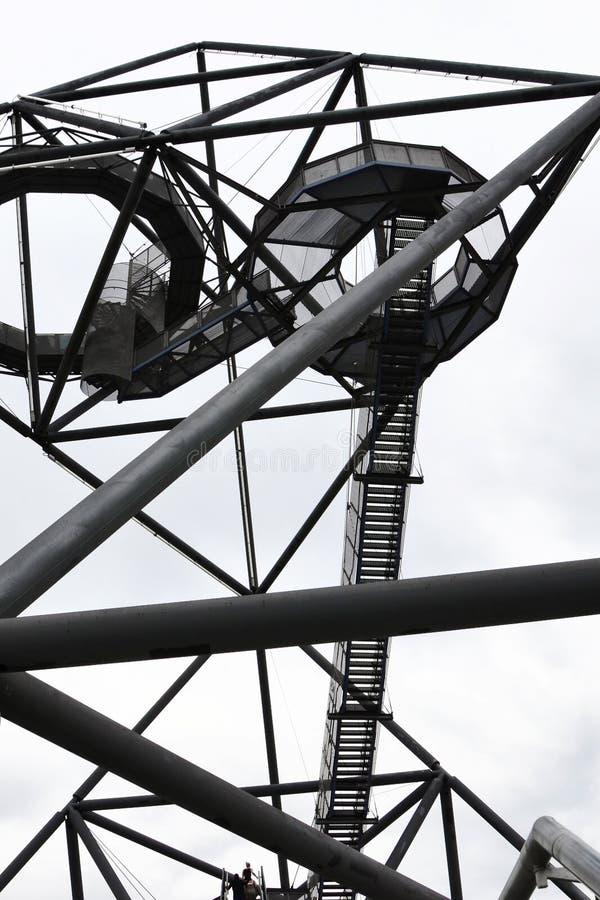 Construção de aço incrível do tetraedro em Bottrop, Alemanha tomada de baixo contra do céu branco A vista não tradicional fotos de stock