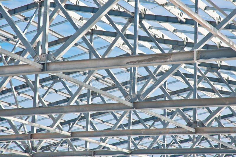 Construção de aço no fundo da paisagem do inverno imagem de stock