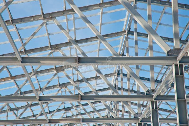 Construção de aço no fundo da paisagem do inverno foto de stock royalty free