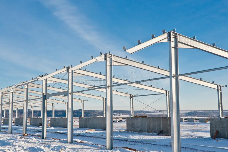 Construção de aço no fundo da paisagem do inverno fotografia de stock royalty free