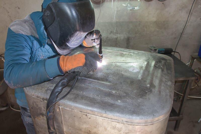 Construção de alumínio da soldadura do homem com soldador do TIG fotos de stock royalty free