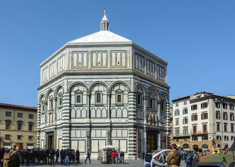 A construção de Baptisperia é decorada com bas-relevos, que os artesãos bizantinos trabalharam sobre A atração principal de Flore foto de stock