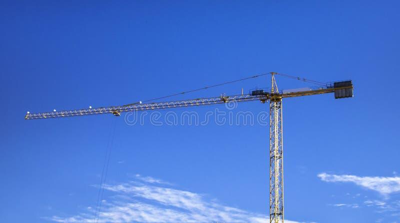 Construção de bu residenciais Guindaste enorme contra o céu azul imagens de stock royalty free