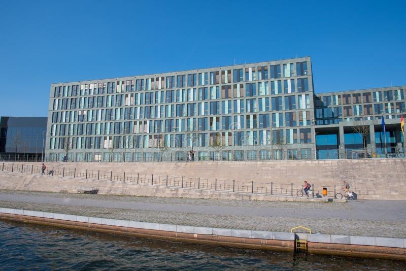 Construção de cargo no governo no centro da cidade de Berlim fotografia de stock