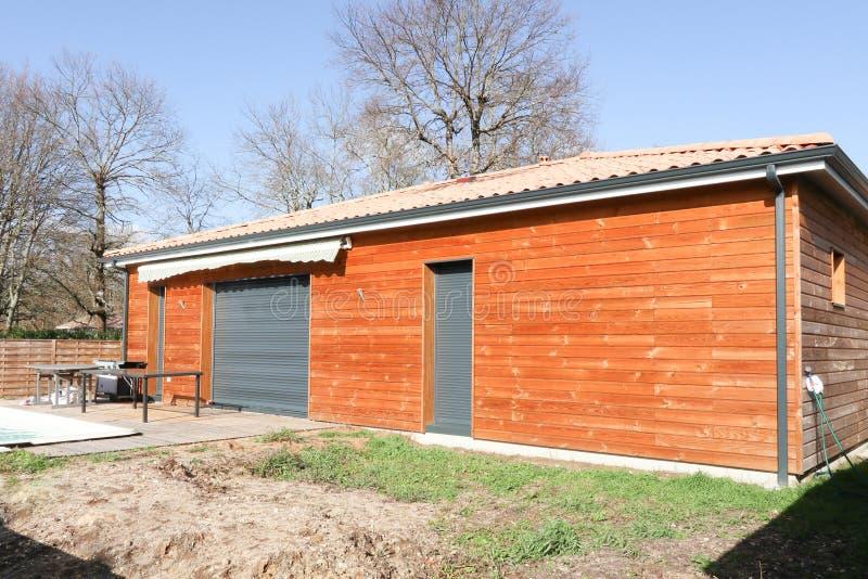 Construção de casa de madeira home na área suburbana imagem de stock royalty free