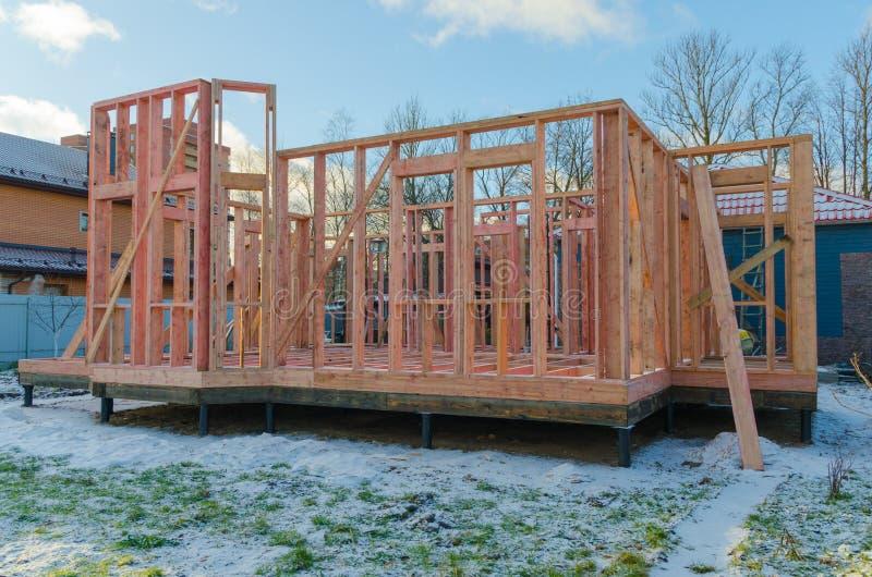 Construção de casas de quadro de madeira, em fundações de pilha imagens de stock royalty free