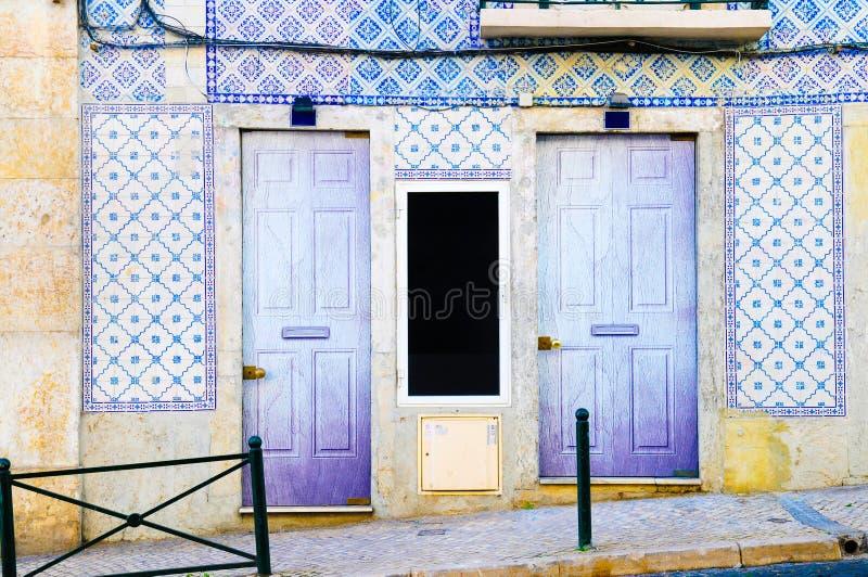 Construção de casas tradicional de Lisboa, porta azul roxa de madeira, caixa postal, fachada de Azulejos imagens de stock royalty free