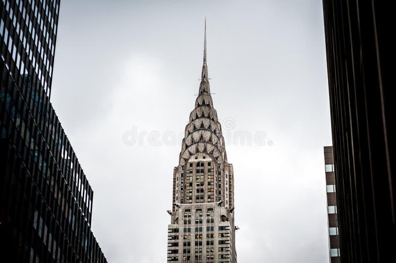 Construção de Chrysler cercada por arranha-céus em New York EUA 2012 fotografia de stock