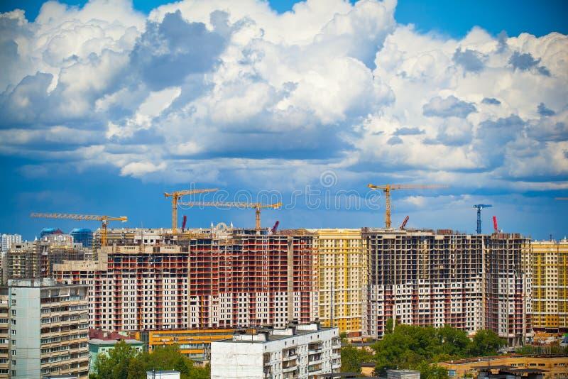 Construção de construções novas e do céu bonito imagem de stock royalty free
