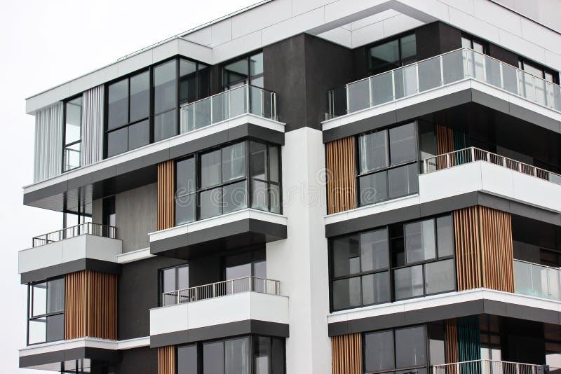 Construção de construções residenciais modernas a combinação de materiais e de texturas diferentes no projeto disposição convenie fotografia de stock