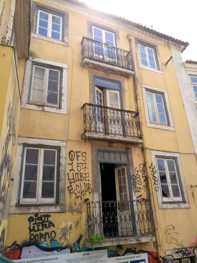 Construção de deterioração amarela com as paredes pintadas grafittis imagens de stock royalty free