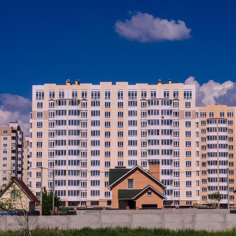 A construção de grandes prédios de apartamentos desloca pequeno ho fotos de stock royalty free