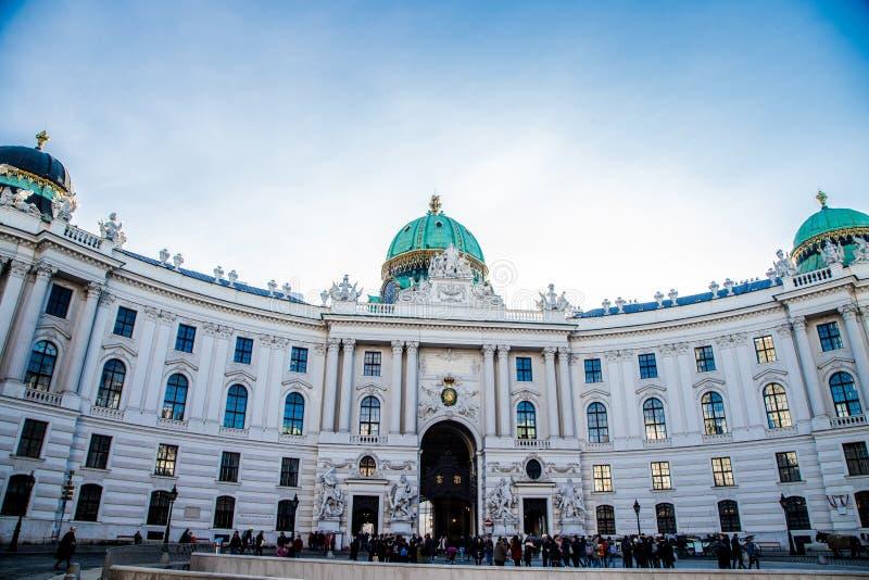 A construção de Hofburg com o céu azul acima dele foto de stock