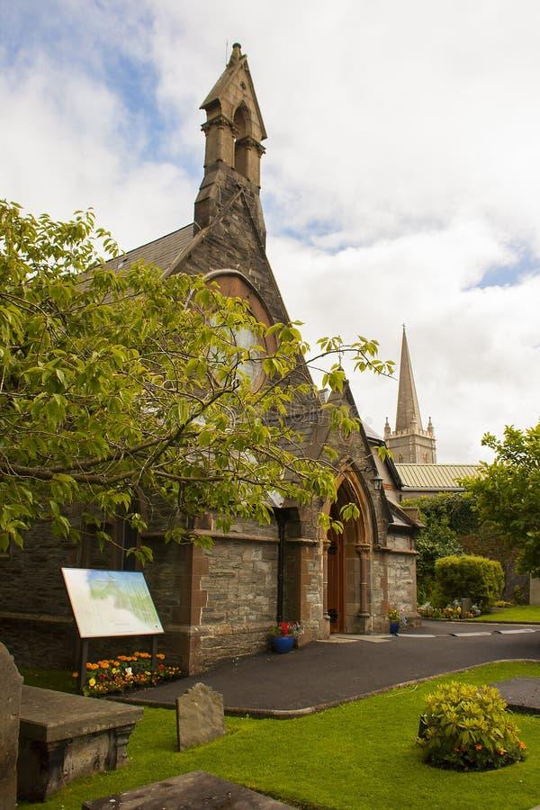 A construção de igreja da Irlanda pequena do St Augustines nas paredes da cidade nova de Londonderry em Irlanda do Norte imagem de stock