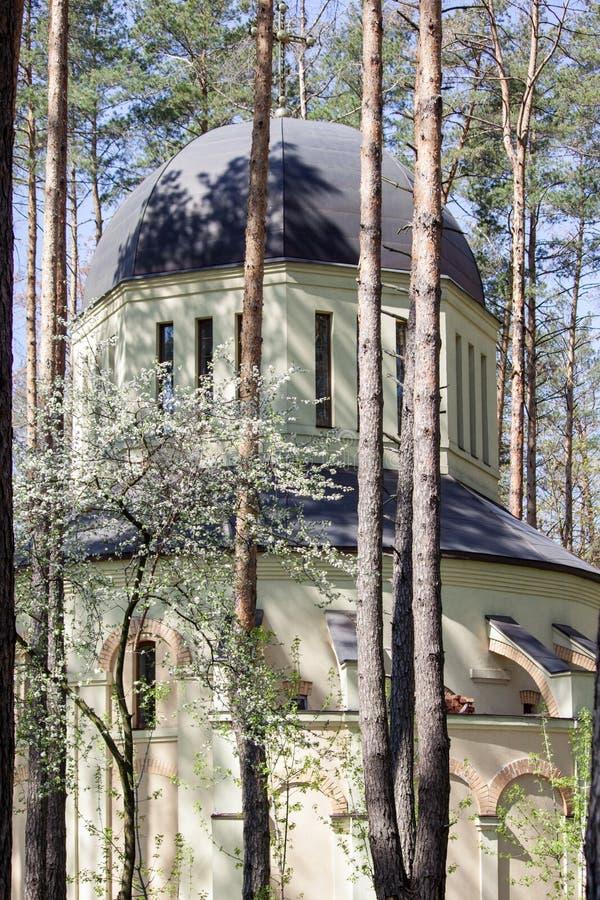 Construção de igreja ortodoxa na floresta em Irpin, Ucrânia fotos de stock