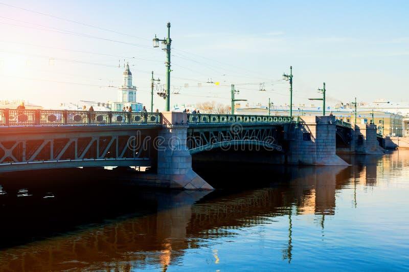 Constru??o de Kunstkamera e a ponte do pal?cio sobre o rio de Neva em St Petersburg, R?ssia imagens de stock royalty free