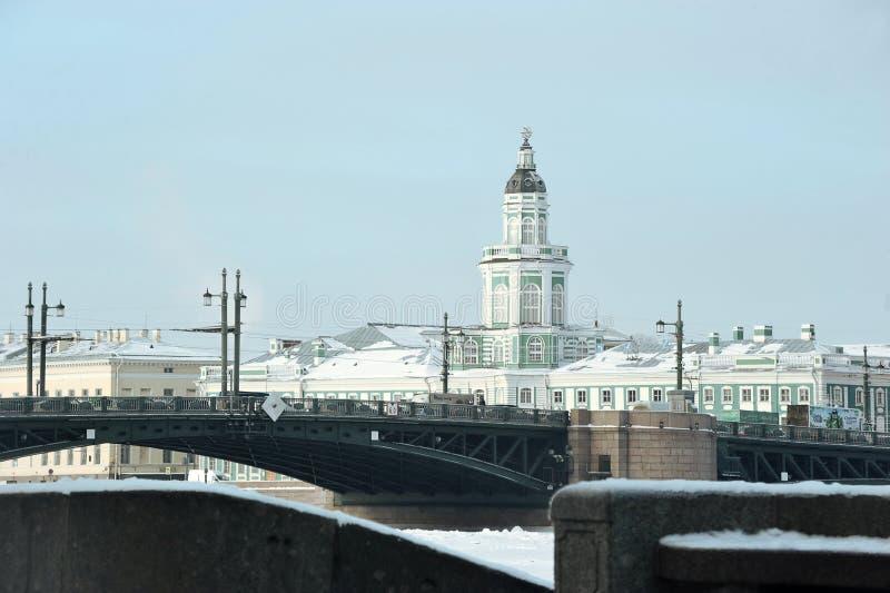 Construção de Kunstkamera e vista da ponte do palácio no inverno fotos de stock