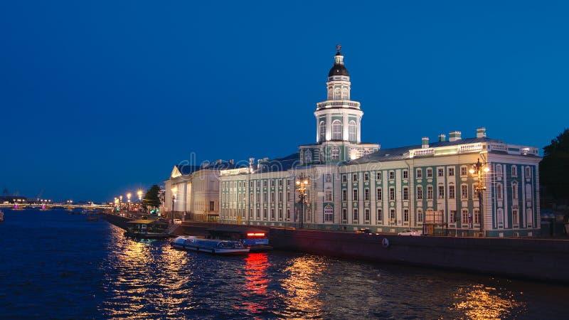 Construção de Kunstkamera na ilha de Vasilievsky nas noites brancas imagem de stock