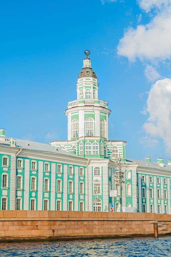 Construção de Kunstkamera na terraplenagem da universidade do rio de Neva em St Petersburg, Rússia fotos de stock royalty free