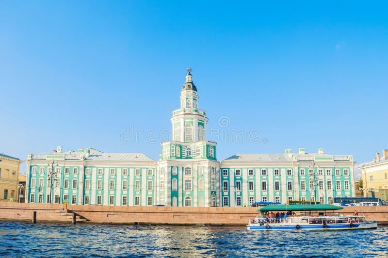 Construção de Kunstkamera na terraplenagem da universidade do rio de Neva em St Petersburg, Rússia foto de stock