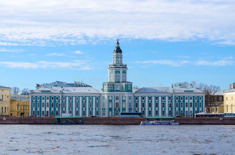 Construção de Kunstkamera na terraplenagem de Universitetskaya, St Petersburg, Rússia fotografia de stock