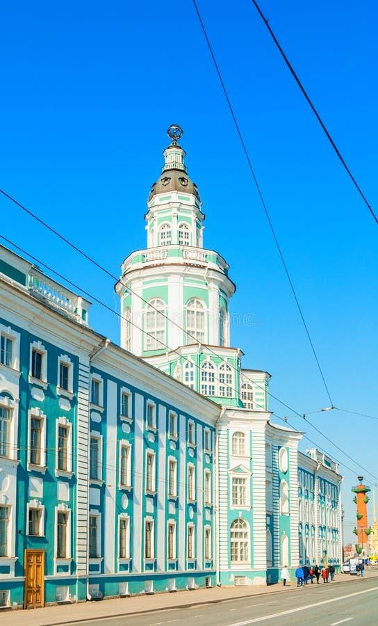 Construção de Kunstkamera, terraplenagem da universidade em St Petersburg Rússia O Kunstkamera era o primeiro museu em R?ssia foto de stock royalty free