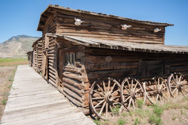 Construção de log ocidental velha abandonada fotos de stock