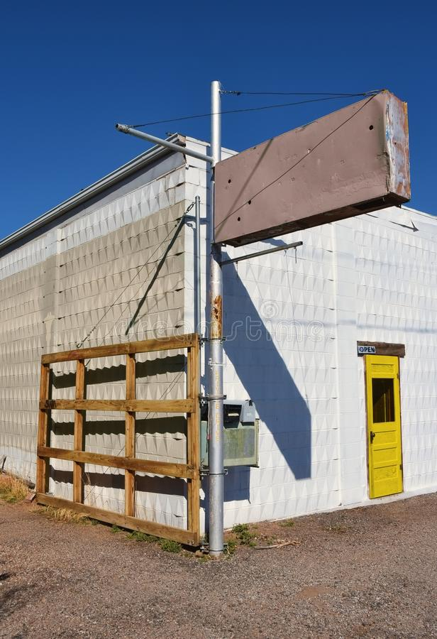 Constru??o de loja abandonada, com sinal e sucata vazios fotos de stock royalty free