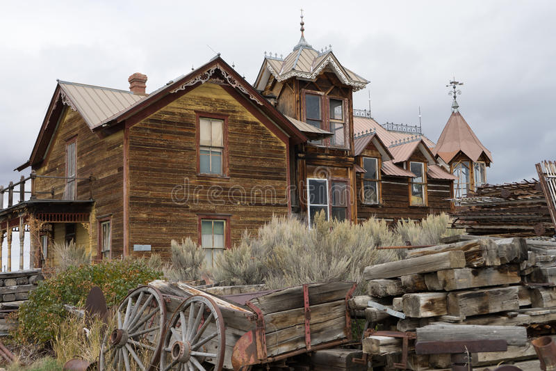 Construção de madeira abandonada na cidade montana de nevada imagens de stock royalty free