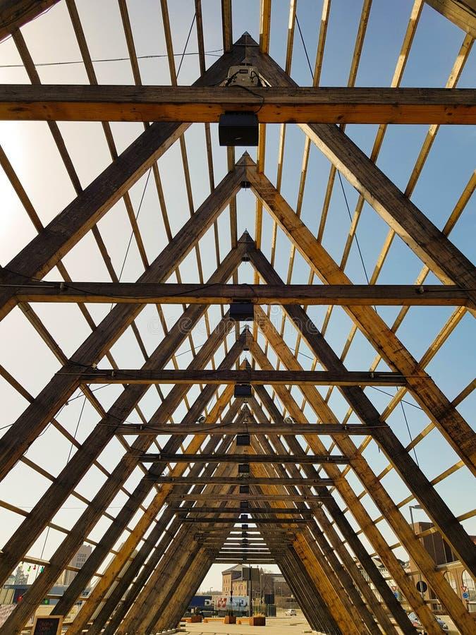 Construção de madeira no centro de cidade de Oslo, Noruega imagens de stock