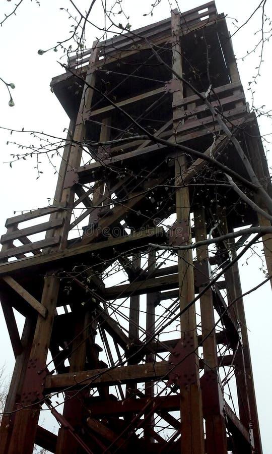 A construção de madeira, torre feita do carvalho irradia-se de encontro ao céu nebuloso foto de stock royalty free