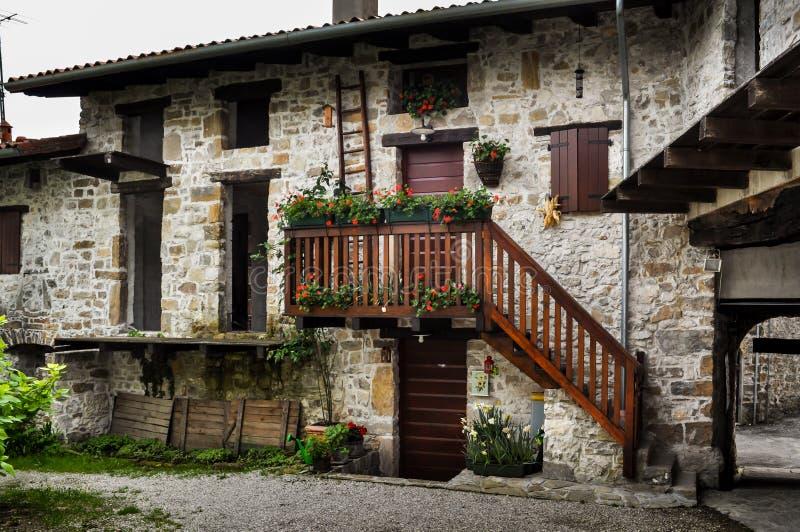 Construção de pedra italiana da vila com escadaria e a escada de madeira foto de stock