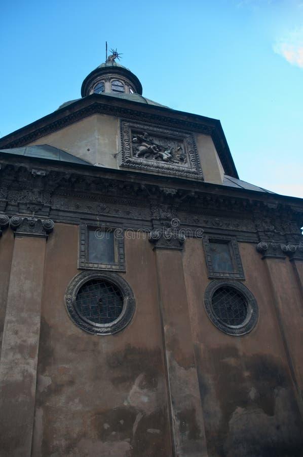 Construção de pedra velha da igreja da transfiguração e dormitório verde imagem de stock royalty free