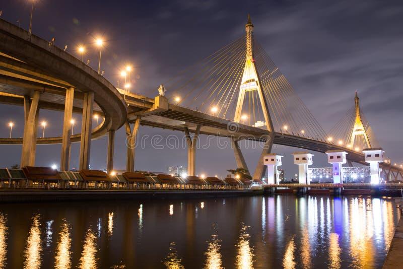 Construção de ponte na paisagem da noite imagens de stock
