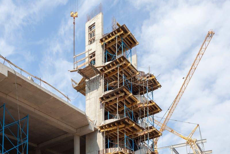 Construção de Residental sob a construção Escadas do concreto pré-fabricado instaladas Paredes feitas de blocos de cimento ventil imagens de stock royalty free