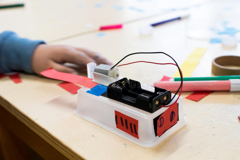 Construção de robôs do ` s das crianças na escola foto de stock royalty free