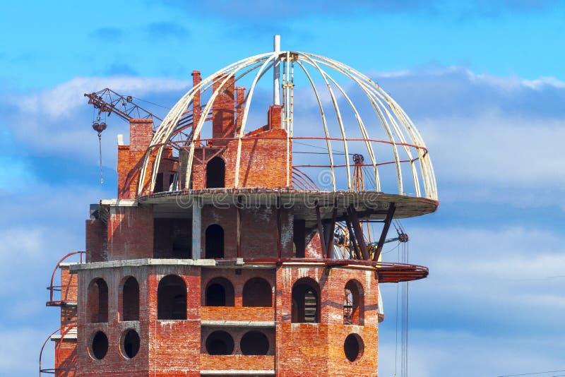 Construção de tijolo inacabado superior na cidade imagem de stock