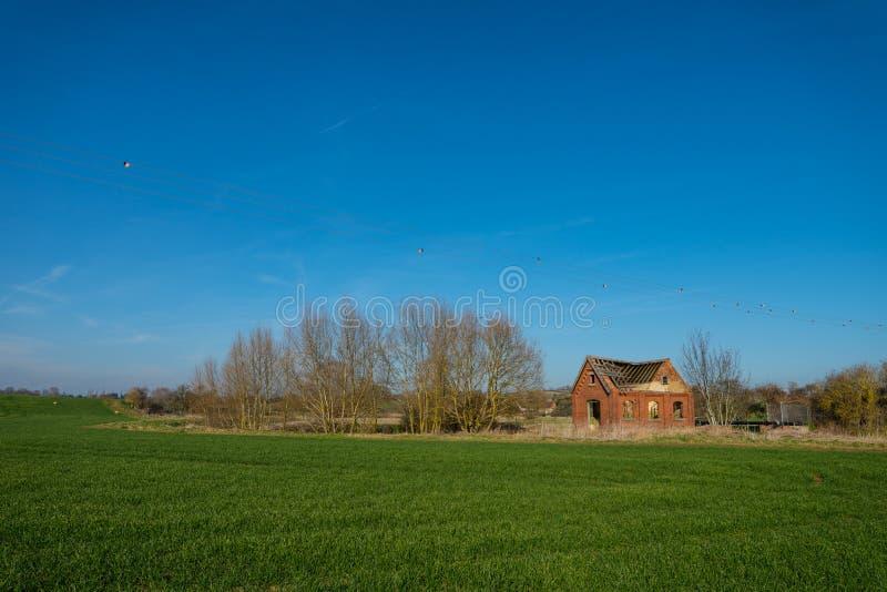 Construção de tijolo industrial velha com telhado desmoronado fotos de stock royalty free