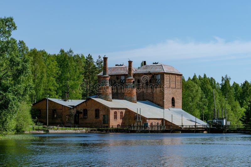 Construção de tijolo velha para baixo de uma fresa de aço fechado na Suécia imagem de stock royalty free