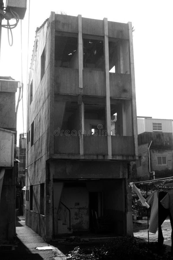 Construção de três andares abandonada imagens de stock