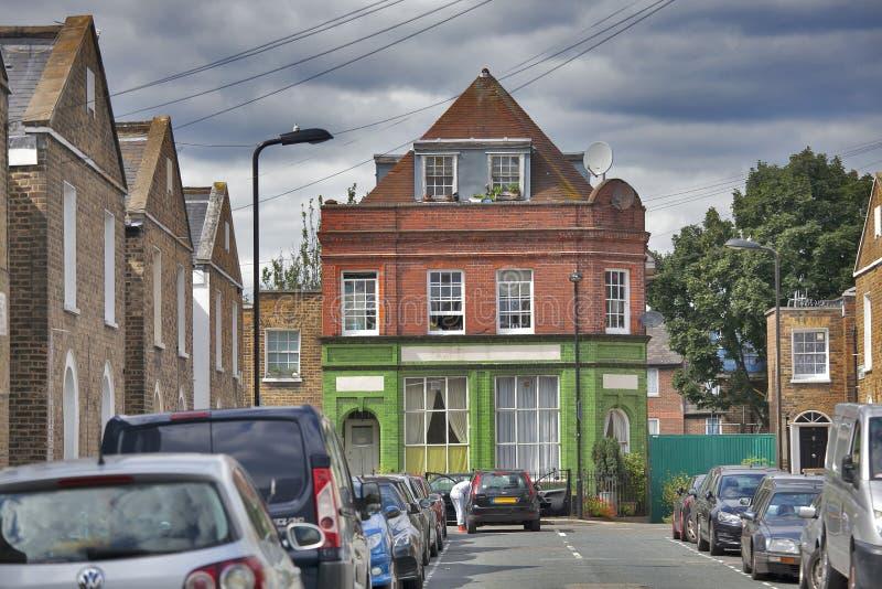 Construção de três andares em Londres do leste perto do mercado da estrada de Broadway no fundo do céu azul foto de stock royalty free
