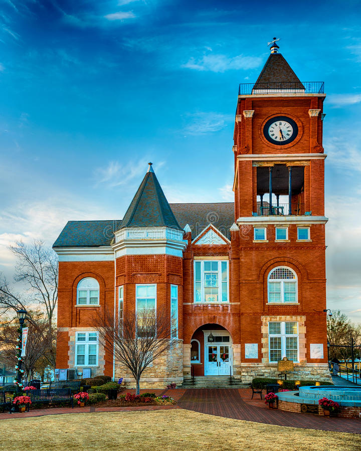 Construção de tribunal histórica da cidade pequena fotografia de stock