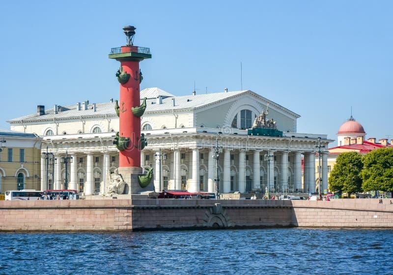 Construção de troca do stock antigo e coluna Rostral na ilha de Vasilyevsky, St Petersburg, Rússia fotografia de stock royalty free