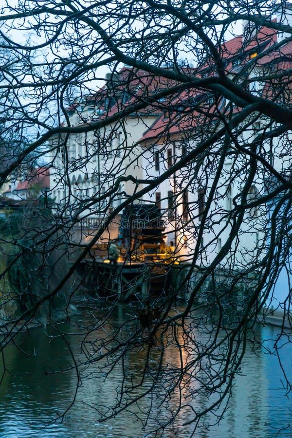 A construção de um moinho de água velho nos bancos do rio de Vltava em Praga, República Checa fotos de stock