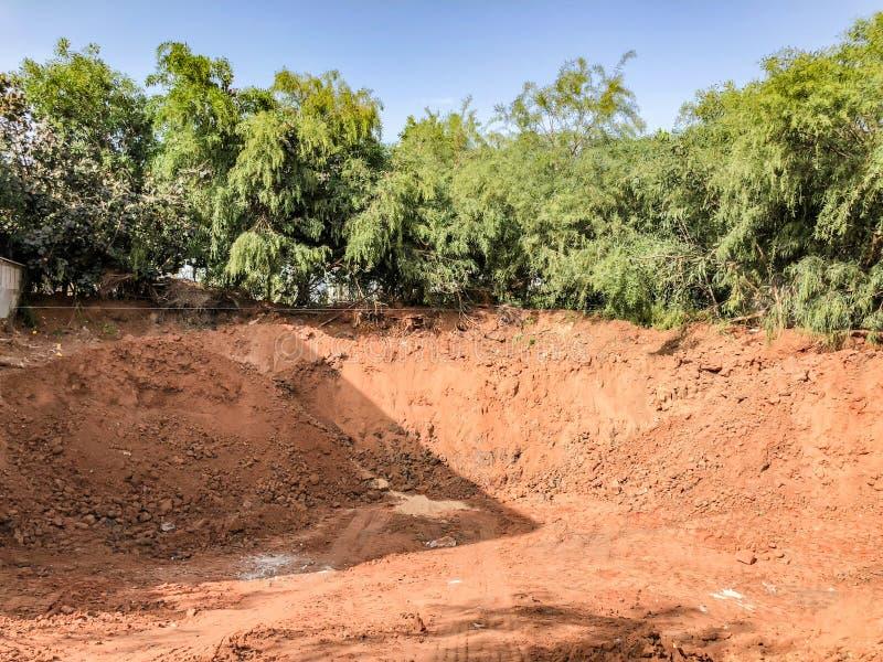 Construção de um poço profundo da fundação da construção industrial imagens de stock