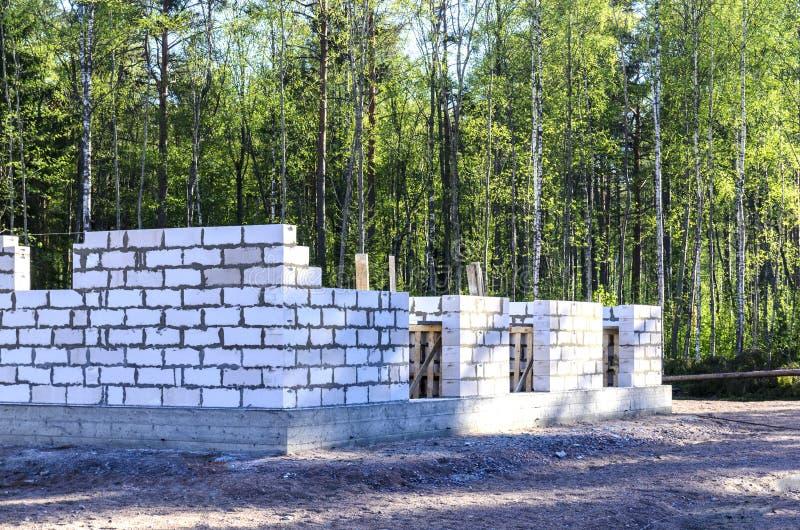 A construção de uma casa feita do concreto ventilado, moldou a fundação em um fogão morno natureza do norte distante imagem de stock royalty free