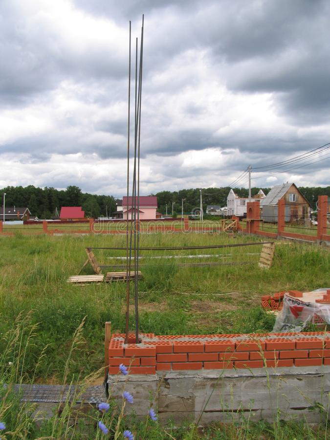 Construção de uma cerca nova do tijolo foto de stock royalty free