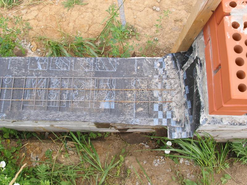 Construção de uma cerca nova do tijolo imagens de stock royalty free