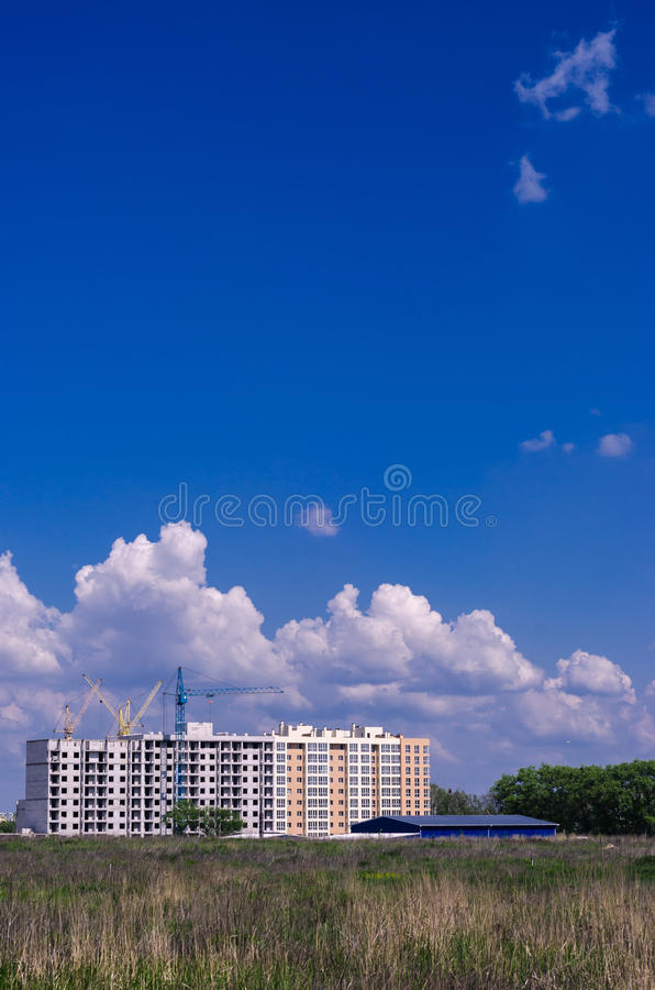 Construção de uma construção residencial nova no campo Cidade ab foto de stock