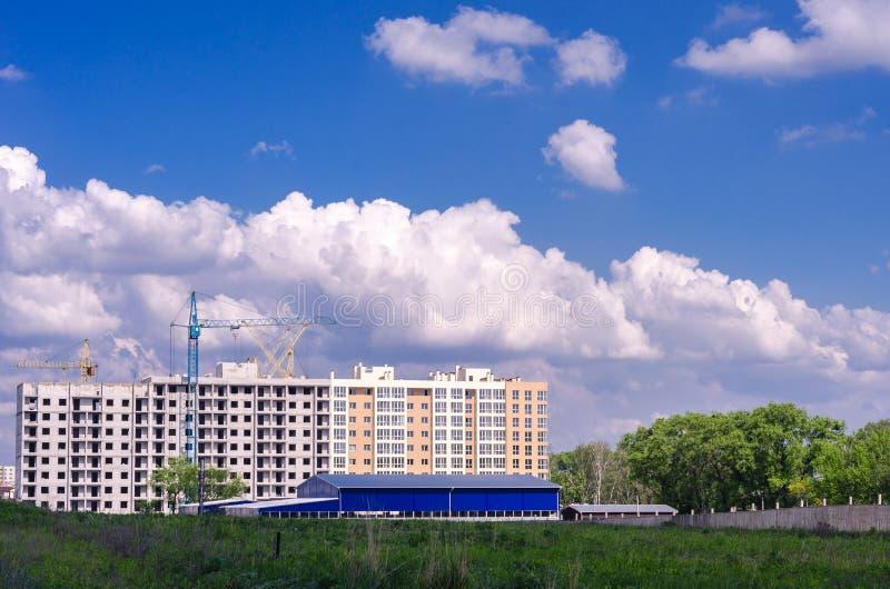 Construção de uma construção residencial nova no campo Cidade ab fotografia de stock royalty free